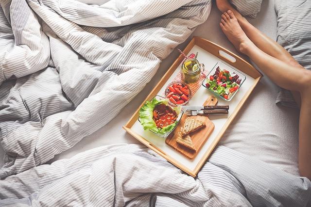 tác se snídaní v posteli