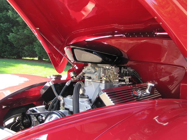 otevřená kapota vozu s motorem