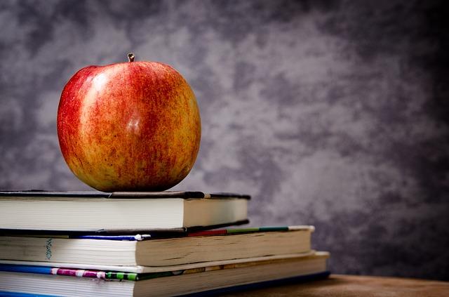 tři knížky pod jablkem
