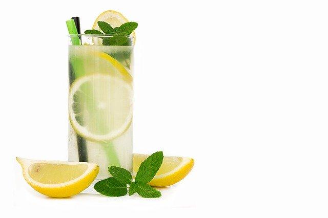voda ve sklenici, citrón, osvěžení